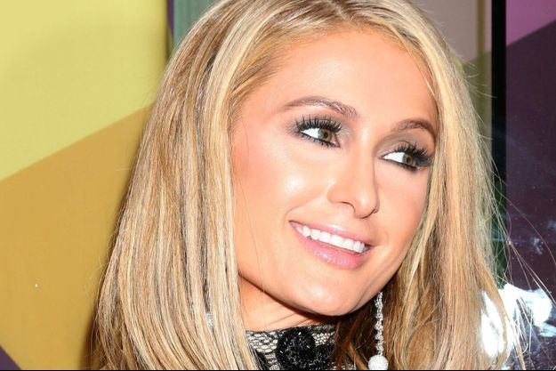 Paris Hilton se la joue Kim Kardashian.