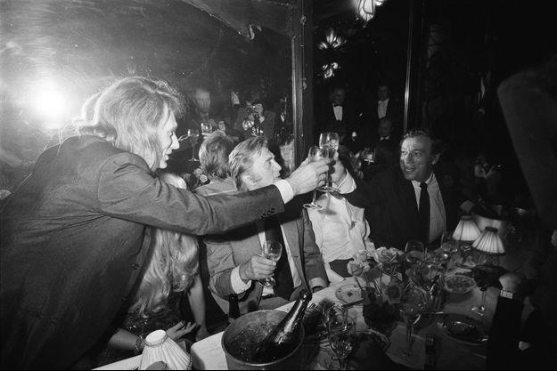 Johnny Hallyday, Kirk Douglas et Yves Montand en 1971.