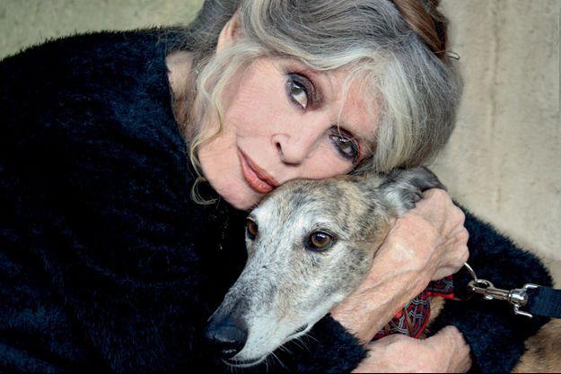 Brigitte Bardot en 2016, avec l'un de ses neuf chiens.