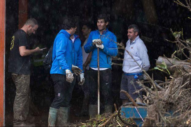 Rafael Nadal prête main forte aux habitants de Sant Llorenç des Cardassar après les inondations.