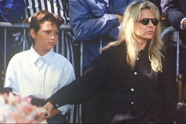 France Gall et son fils Raphaël lors de l'enterrement de Michel Berger en 1992.