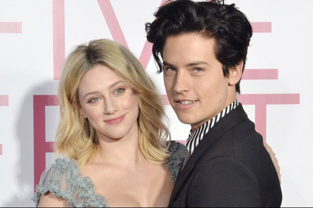 """Lili Reinhart et Cole Sprouse à l'avant-première du film """"À deux mètres de toi"""" à Los Angeles en mars dernier."""