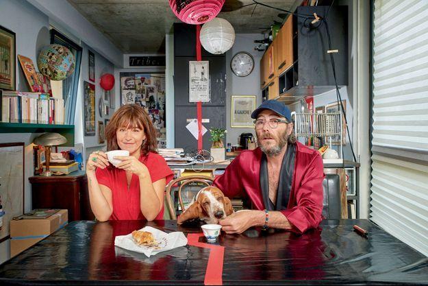 Au petit déjeuner, dans la cuisine de Philippe avec son basset Lady.