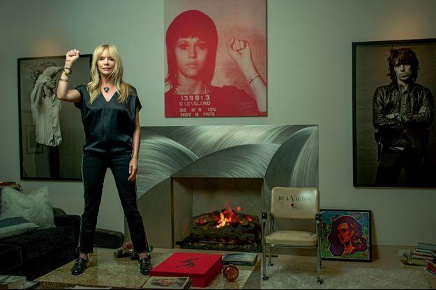 A Los Angeles, dans son salon. Entre les portraits de Mick Jagger (à g.) et de Keith Richards, celui de Jane Fonda, injustement arrêtée pour trafic de drogue en 1970.