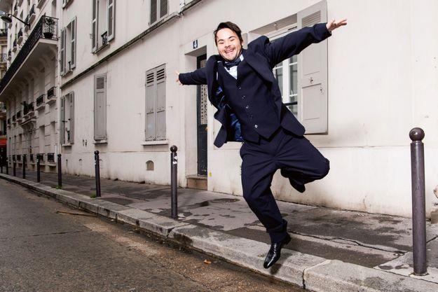 Un look de dandy parisien avant d'endosser les habits de son prochain personnage, un bibliothécaire.