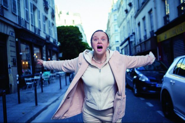 Rue Amelot, le 28 mai. Si elle voit la vie en rose, c'est juste le temps d'un smoothie.