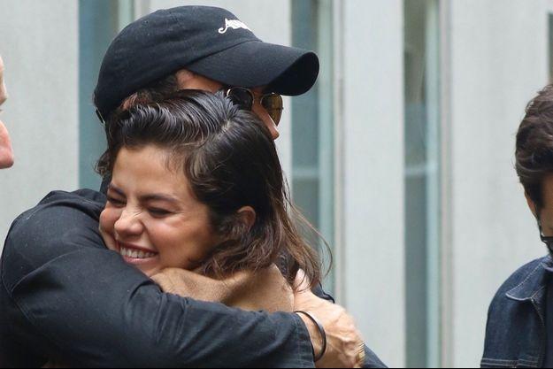 Selena Gomez dans les bras de Justin Theroux à New York, en mai 2018.