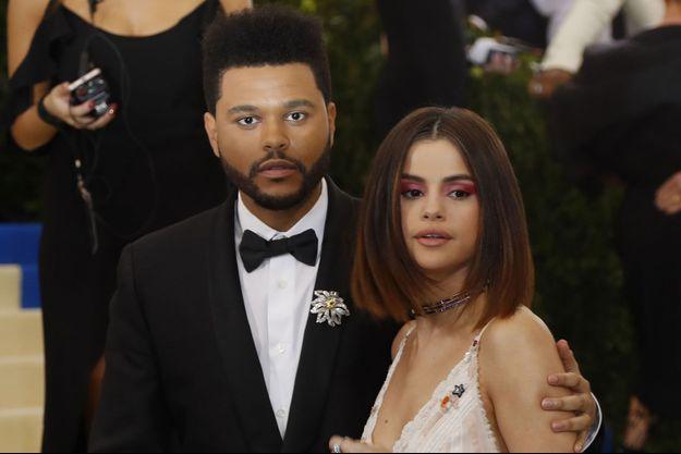 The Weeknd et Selena Gomez ensemble sur le tapis rouge du gala du Met, à New York, en mai dernier.