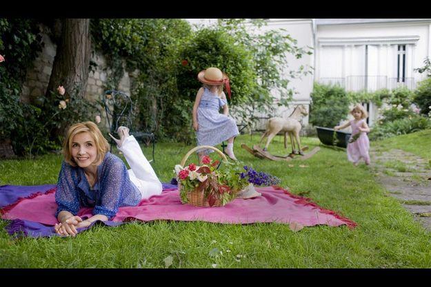 Partie de campagne en plein Paris. Dimanche 31 mai, Clotilde a emmené ses filles, Vittoria (à g.), 5 ans et demi, et Luisa, bientôt 3 ans, jouer dans un jardin particulier du VIIe arrondissement de Paris.