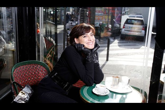 Façon Gréco pour Saint-Germain-des-Prés. A l'heure du petit déjeuner, Inès commande un chocolat bien crémeux couvert de chantilly : Un régime... spécial.