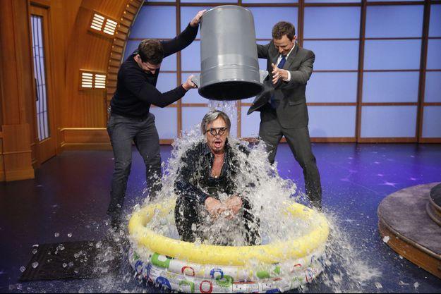 Mickey Rourke a relevé l'ALS Ice Bucket Challenge sur le plateau de l'animateur Seth Myers, le 13 août.