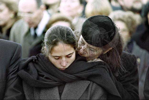 Mazarine Pingeot et sa mère Anne aux funérailles de François Mitterrand en 1986 à Jarnac.