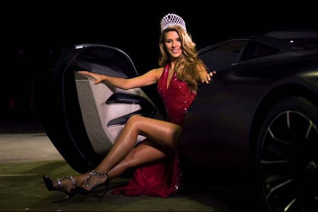 Dimanche 7 décembre à 4 heures du matin. Elue depuis quelques heures, dans son carrosse un prototype Peugeot Onyx.