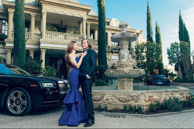 Avec Shiva Safai, au Belvédère, sa propriété de Bel Air, Los Angeles. A g., la Rolls-Royce Phantom Coupé de monsieur. A dr., la Ferrari de madame.