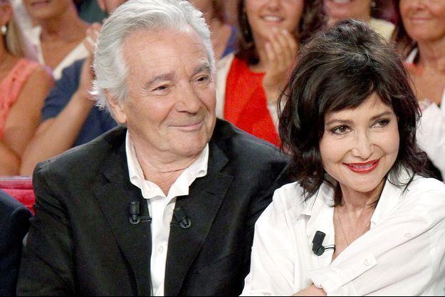 """Pierre et Evelyne sur le plateau de """"Vivement Dimanche"""", le 2/09/2015."""