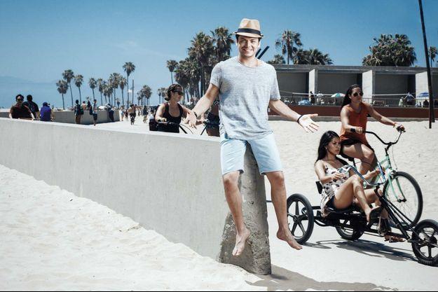 Sur la plage de Venice, le haut lieu des sportifs à L.A., quelques minutes de répit pour Kev Adams, le marathonien du rire.