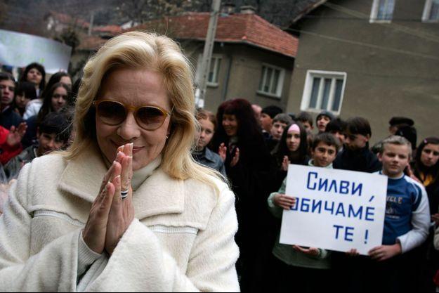 """Sylvie Vartan de retour pour la première fois en Bulgarie en 2010. Derrière, sur la pancarte, on peut lire """"Sylvie, on t'aime""""."""