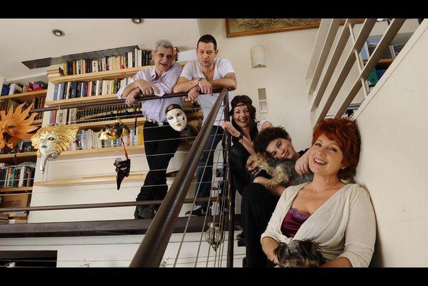 Le bonheur crescendo. Dans leur appartement parisien, le 22 janvier dernier, Véronique et son mari, Meyer Bokobza, avec (de haut en bas) Adam, musicien, Gabou, comédienne, les enfants de Meyer, et Sam, leur fils.
