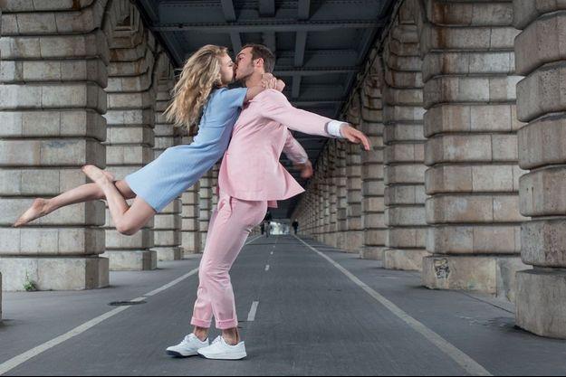 Sous le pont de Bercy, ils reprennent le final qui, le 27 mars, a fait d'eux les nouvelles stars de la glace.