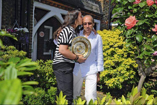 Dans les fleurs du très select All England Club, elle embrasse son père Walter avec dans ses bras le trophée le plus convoité du monde du tennis, le Venus Rosewater Dish, décoré de scènes mythologiques : argent massif et vermeil, près de 48 centimètres de diamètre.