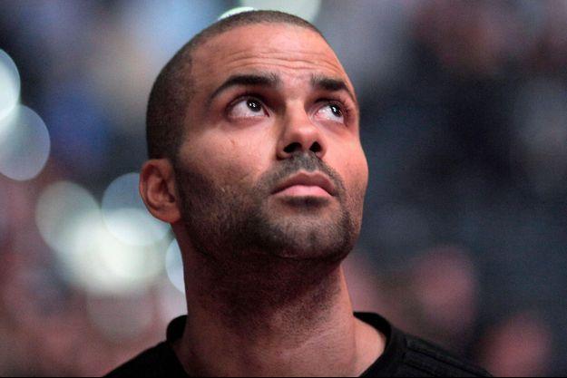 Avant son match, Tony Parker des San Antonio Spurs rend hommage aux victimes des attentats de Paris en observant une minute de silence le 14 novembre dernier.