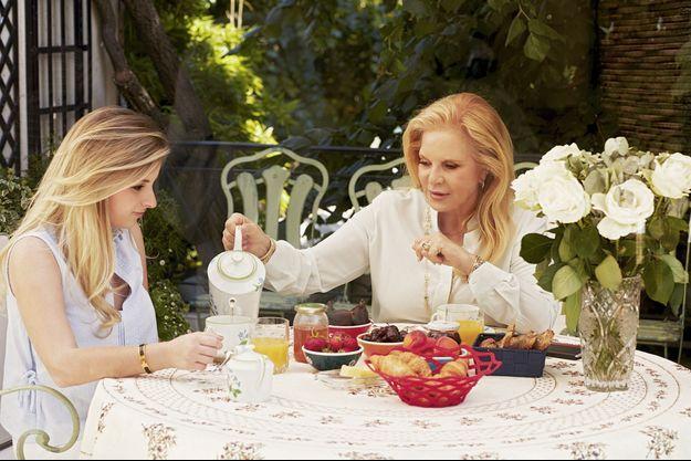 Petit déjeuner dans la maison de la villa Montmorency, l'autre refuge de Sylvie Vartan et sa fille Darina, avec celui de Beverly Hills.