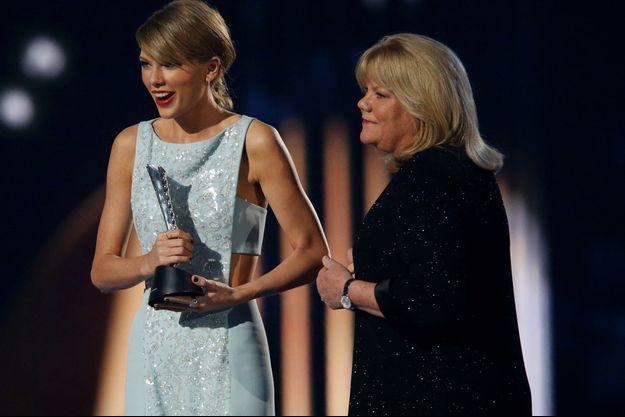 Taylor Swift et sa mère, Andrea, en 2015.