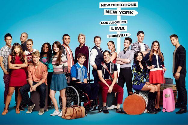 Le casting de la saison 4 de «Glee». Becca Tobin se trouve à côté du panneau, près de Chris Colfer, Cory Monteith et Lea Michele.