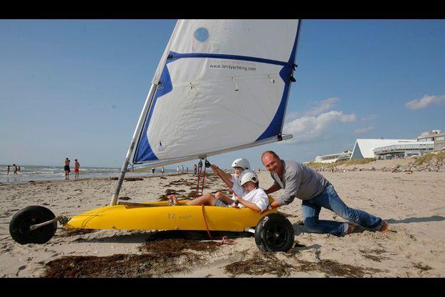 Bienvenue chez le Ch'ti ! Fin août, sur la grande plage du Touquet, Sébastien Cauet initie Valmont (premier plan) et Ivana aux joies du plus nordique des sports : le char à voile.