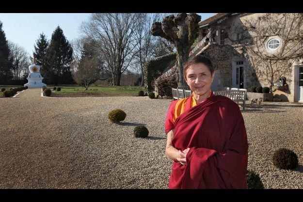 Stupa (au fond de l'allée) et gentilhommière, Davina porte désormais la robe safran des moines tibétains.