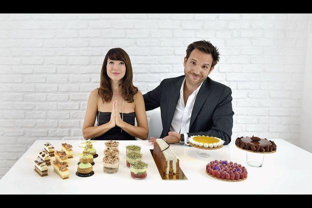 Dans la salle à manger de leur nouvel appartement parisien, un instant de grâce : Christophe présente à Delphine sa nouvelle collection de gâteaux printemps-été 2013.