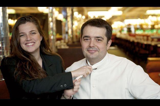 Elle lui a passé la corde au cou : Jean-François Piège, membre du jury de « Top Chef », l'émission qui bat des records d'audience sur M6, et sa femme Elodie, dans leur brasserie à Paris, chez Thoumieux.