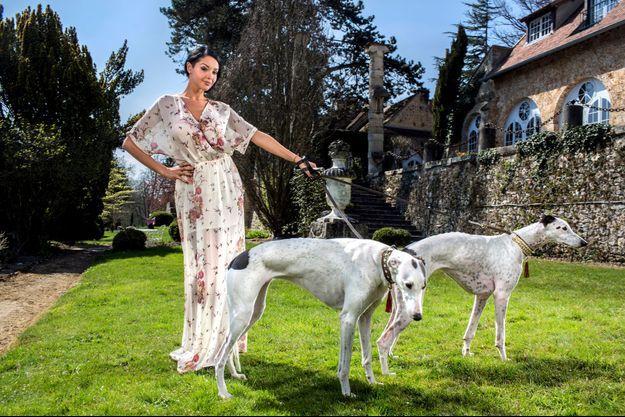 Nabilla, en 2013, avec ses deux lévriers greyhound Evelyn et Helena.