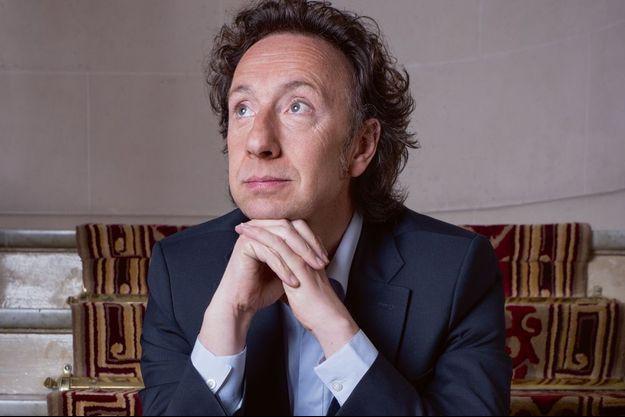 Stéphane Bern pose pour Paris Match.