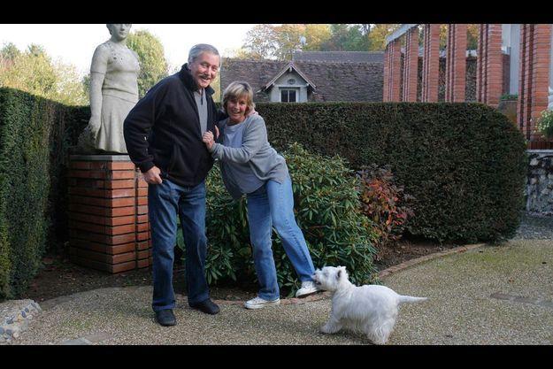 Victor Lanoux et sa femme Véronique ainsi que leur chienne Babette.