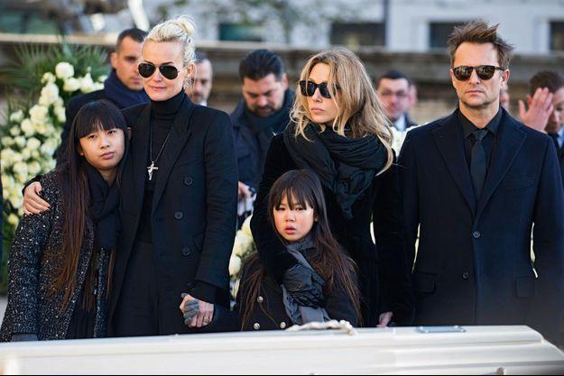 Jade, Laeticia, Joy, Laura Smet et David Hallyday, le 9 décembre, devant le cercueil de Johnny à la Madeleine, pendant l'arrivée des personnalités.