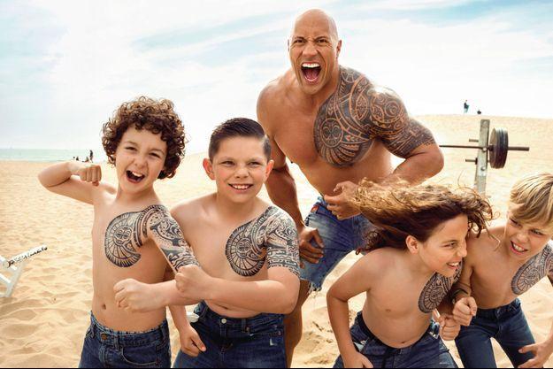 A Venice Beach. Ils n'ont pas encore ses muscles, mais déjà ses tatouages : des motifs tribaux liés aux origines polynésiennes de l'acteur.