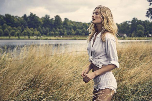 Promenade champêtre pour Toni Garrn, de l'agence Women Management, le 10 juillet dans le parc d'un château de l'Oise.