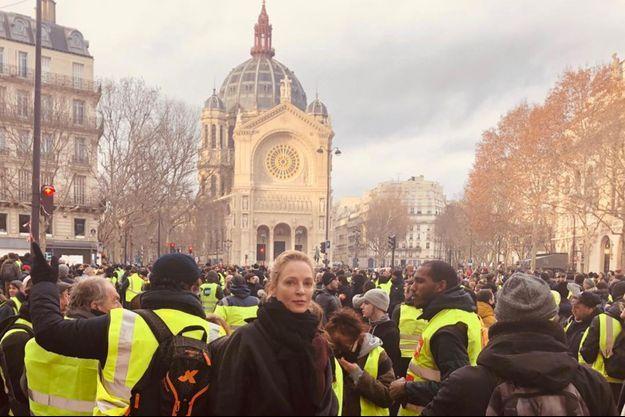 Uma Thurman, place Saint-Augustin avec les gilets jaunes.