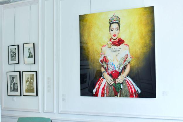 Photo d'Iris Mittenaere, réalisée par Philippe Shangti et vendue aux enchères par Cornette Saint Cyr à Paris le 21 juin 2018