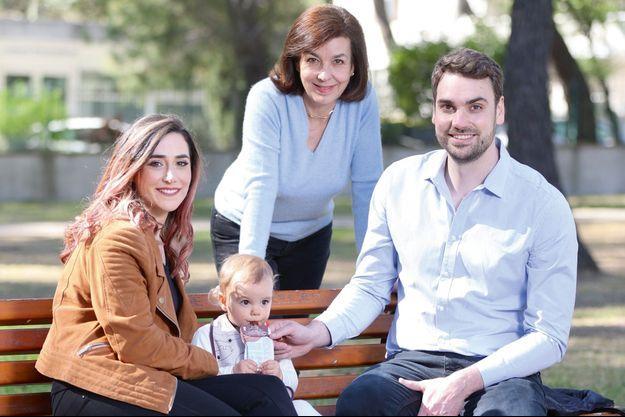 Avec sa compagne, Florence, et leur fille, Margot, 1 an et demi, le 29 mars à Montpellier. Carole Amiel (au centre) a toujours honoré la mémoire de Montand.