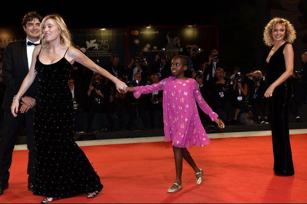 "Valeria Bruni Tedeschi avec sa fille Oumy, ainsi que Riccardo Scamarcio et Valeria Golino, au Festival de Venise en septembre 2018 pour ""Les Estivants"""