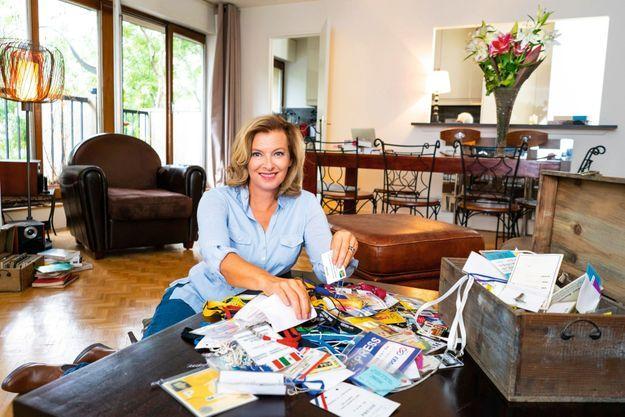 Sur la table de son salon, les accréditations que Valérie a conservées, depuis ses premiers pas à Match, en 1989. « Etre journaliste, écrit-elle, ça ne s'arrête jamais, c'est comme le bonheur ou la culpabilité, cela vous poursuit jusque dans les rêves. »
