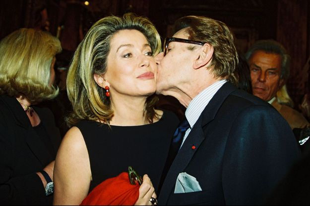 Catherine Deneuve et Yves Saint Laurent en 1999.