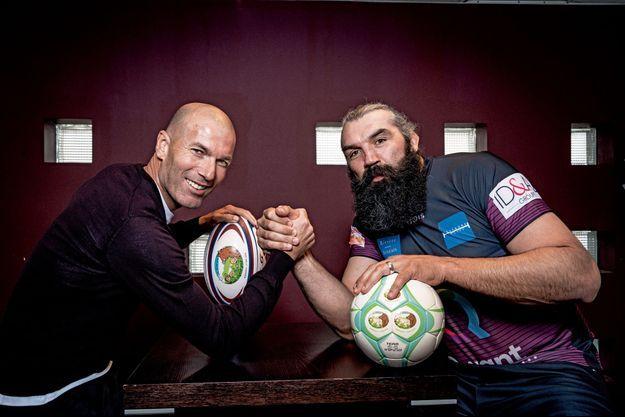 Un bras de fer très amical entre Zinédine Zidane et le rugbyman Sébastien Chabal.