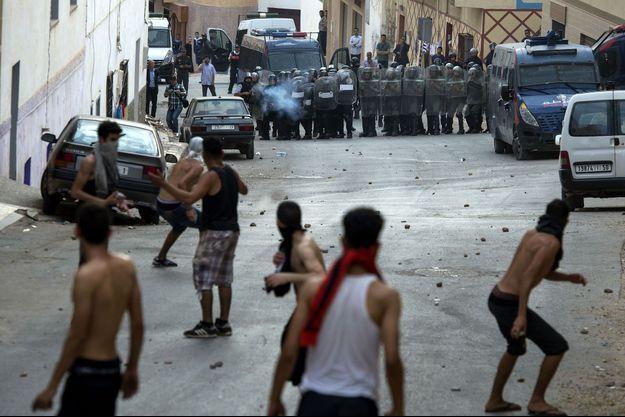 Affrontements entre forces de police et des manifestants à El Hoceima, au nord du Maroc, le 8 juin 2017.