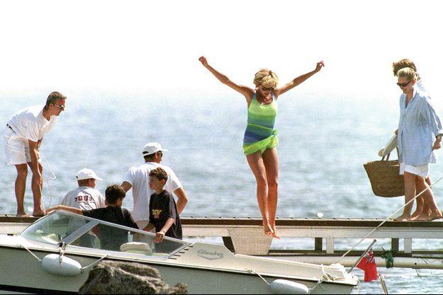 La princesse Diana saute avec élégance dans le tender (annexe) du « Jonikal » où l'attendent ses deux fils.