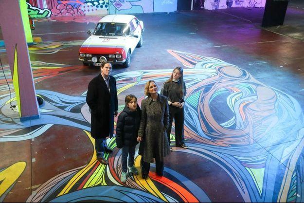 Delphine Boël, son partenaire Jim O'Hare et leurs enfants Joséphine et Oscar à l'expo Strokar Inside à Ixelles. Un événement street art proposé par l'International Urban Arts Platform.