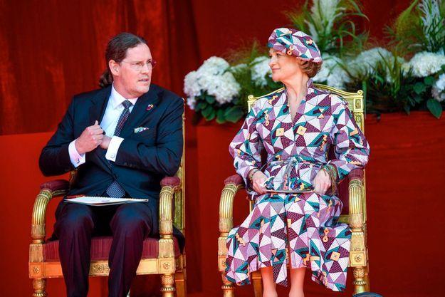 La princesse Delphine et son conjoint Jim O'Hare : première apparition officielle lors du défilé du 21 juillet, fête nationale belge. Une date historique à plus d'un titre : elle s'inscrit dans le cadre de la pandémie du coronavirus et suit les inondations meurtrières en Belgique. La veille était une journée de deuil nationale pour commémorer les victimes de cette tragédie.