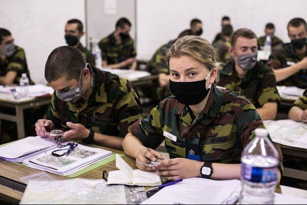 La future reine des Belges lors d'un cours à la caserne militaire d'Elsenborn, où elle suit un entraînement d'initiation militaire jusqu'au 25 septembre.